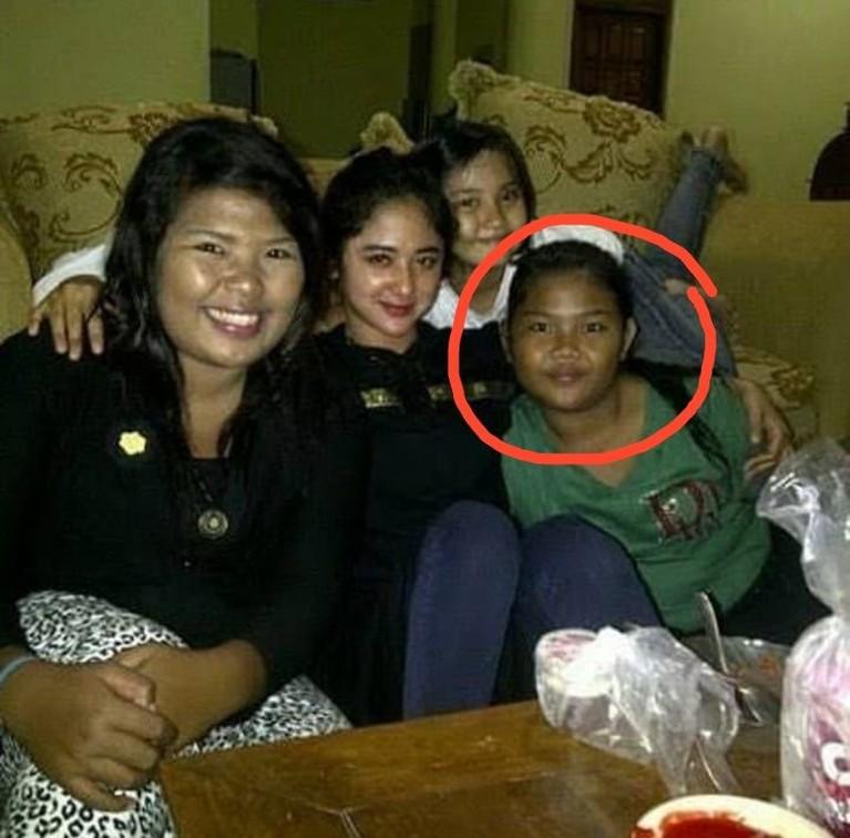 Foto lawas Meldi beberapa waktu lalu beredar di media sosial. Foto yang memperlihatkan wajah polos Meldi itu bahkan menjadi bulan-bulanan dan disebut mirip buto ijo.