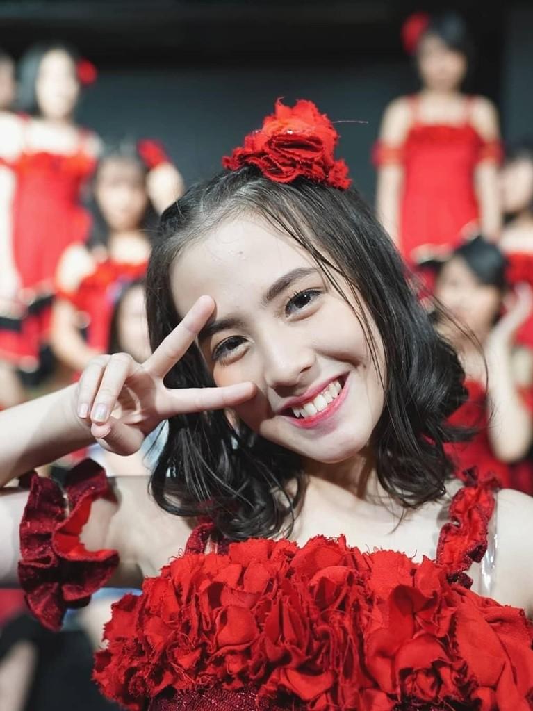 Gaya Zara mengenakan gaun merah saat tampil di JKT48 Theater bersama teman-temannya. Walau tanpa poni, Zara tetap cantik dengan wajah yang dihiasi senyum.
