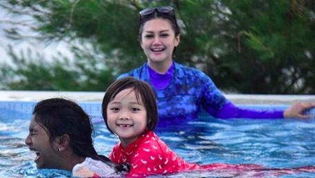 8 Momen Kebersamaan Bella Saphira dengan 2 Anak Sambungnya