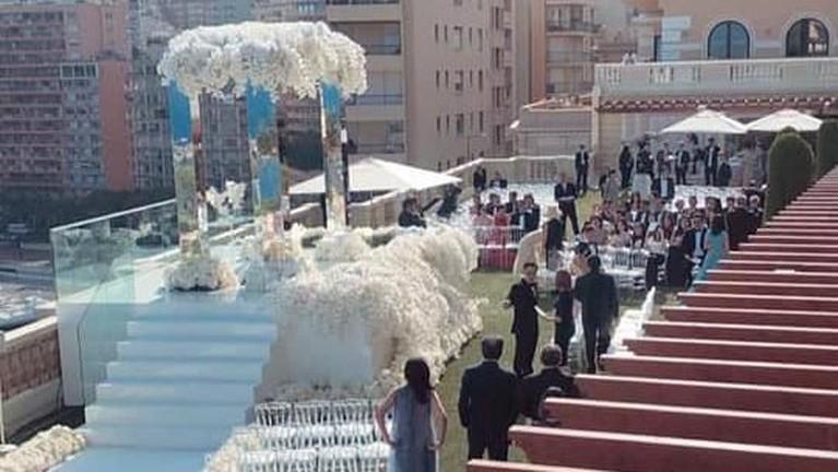 Pernikahan mewah itu berlokasi di kota romantis, Monte Carlo, yang menyuguhkan pemandangan indah nan menakjubkan.