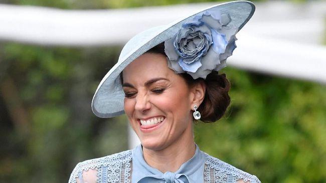 Di Royal Ascot tahun ini, Kate Middleton memilih gaun sheer berwarna biru rancangan Ellie Saab.