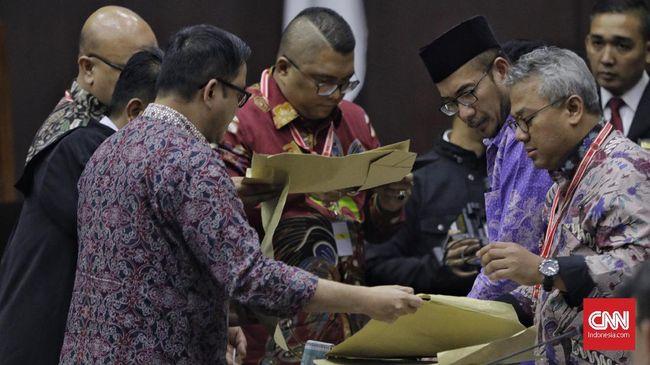 Ketua KPU Arief Budiman heran dengan bukti amplop yang disodorkan di MK seperti belum digunakan. Padahal saksi menemukan amplop surat suara berserakan.
