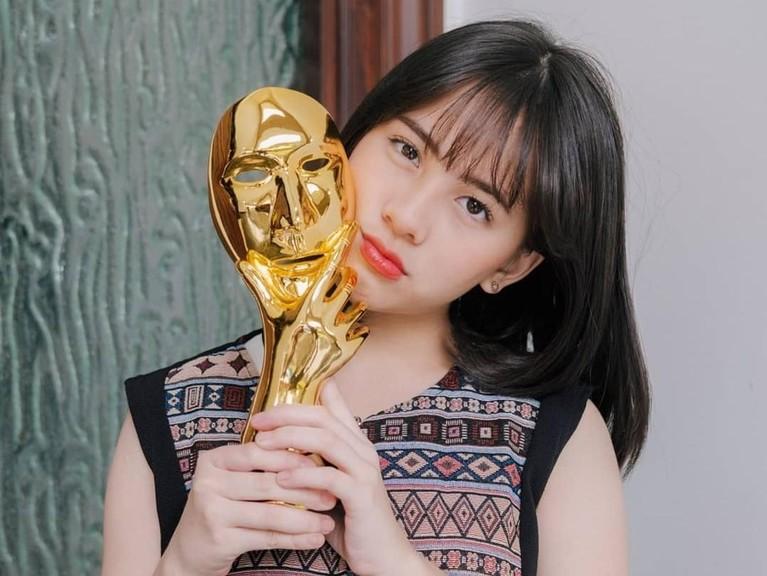 Kerja kerasnya di dunia akting berhasil membuahkan prestasi. Ia meraih piala Indonesian Movie Actors Awards 2019 lewat film Keluarga Cemara. Ia dengan bangga memamerkan piala tersebut.