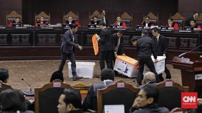 Hingga pukul 12.55 WIB, tim kuasa hukum Prabowo-Sandi terpantau masih melakukan proses administrasi perbaikan permohonan di bagian kepaniteraan MK.