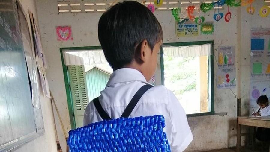 Kreatif, Seorang Ayah Buatkan Tas Sekolah Anak dari Tali Rafia