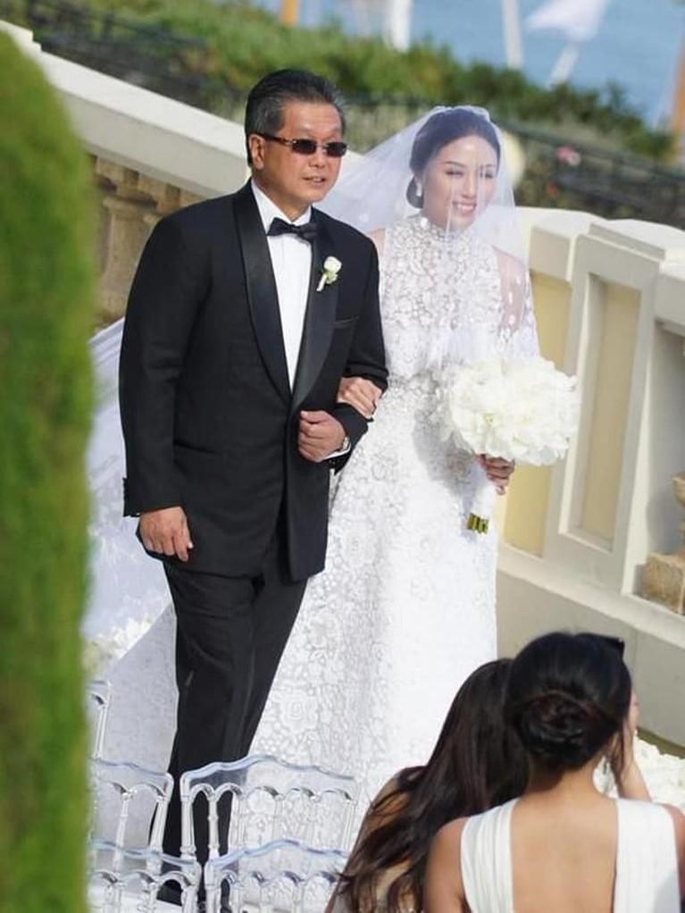 Menghabiskan budget yang besar, tentu pernikahan dengan konsep international wedding ini digelar secara elegan. Amanda tampil cantik dengan gaun brokat putih.