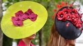 Royal Ascot juga diramaikan dengan semaraknya topi-topi unik khas Inggris. Dari desain bunga sampai binatang juga ditampilkan di sini.