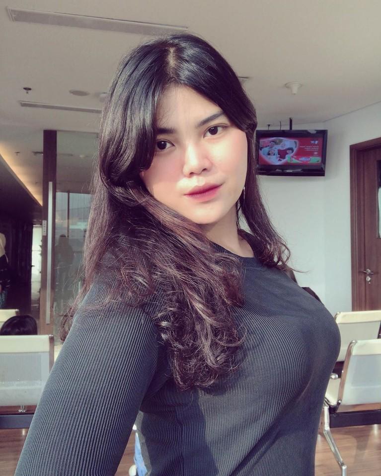 Meldi juga sering mengunggah video dirinya sedang berjoget di Instagram pribadi dengan gaya mengeksplor tubuh yang dia anggap seksi.