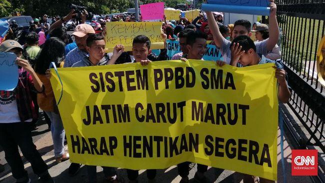 Penerimaan siswa SMA/SMK se-Surabaya dihentikan sementara karena diprotes oleh calon wali murid. Mereka menolak penerapan PPDB sistem zonasi.