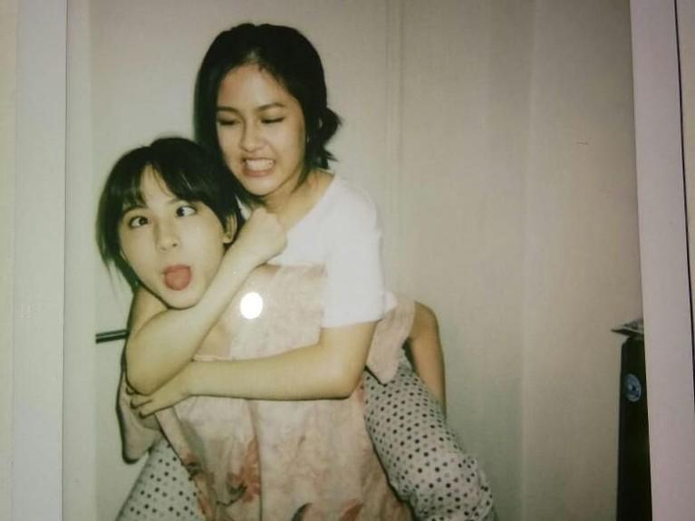 Potret Zara yang usil mengerjai sang kakak saat perayaan ulang tahunnya.