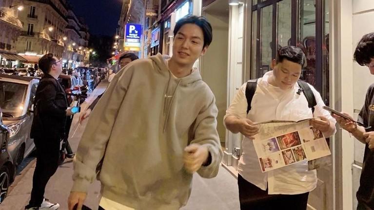 Lee Min Ho terlihat tengah menikmati waktu malam di Paris sembari berjalan-jalan santai dengan asistennya.