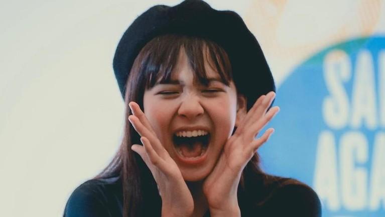 Zee JKT48 juga dikenal sebagai member JKT48 yang ramah sehingga mudah berteman dengan siapa saja.