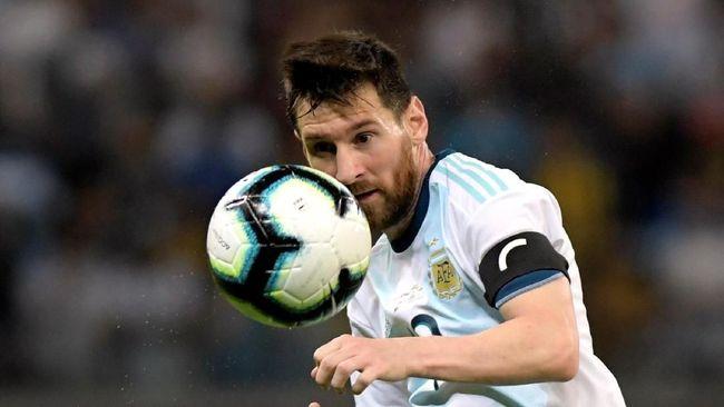 Petenis dunia Roger Federer memuji kualitas bintang Barcelona Lionel Messi yang dinilainya selalu memiliki tiga pilihan saat memegang bola.