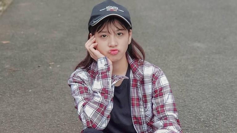 Azizi Shafa Asadel adalah anak presenter Fadli Akhmad yang menjadi member JKT48. Berikut ini deretan potret menggemaskan Zee JKT48.