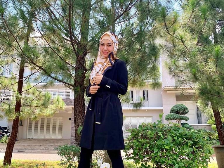 Della Perez tampak cantik mengenakan busana hitam dengan hijab bercoraknya. Semoga istikamah ya, Della.