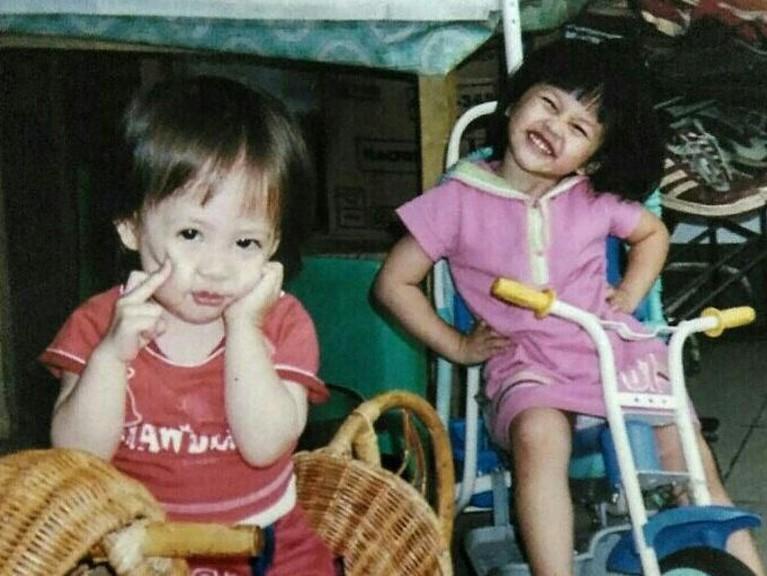 Potret Zara dan Kyla saat masih anak-anak. Keduanya hanya memiliki perbedaan usia satu tahun. Tak heran jika Zara dan Kyla sangat dekat.