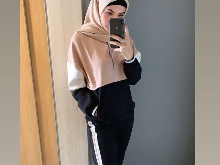 Style outfit kece Della Perez saat berpose di hadapan cermin.