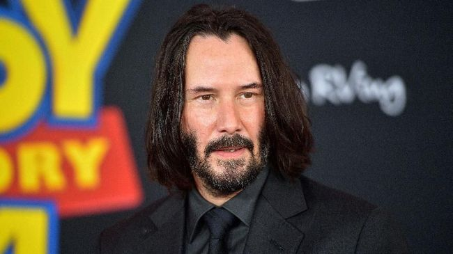 Keanu Reeves terlihat menggandeng seorang wanita bernama Alexandra Grant di karpet merah LACMA Art + Film di Los Angeles pada Senin (4/11) waktu setempat.