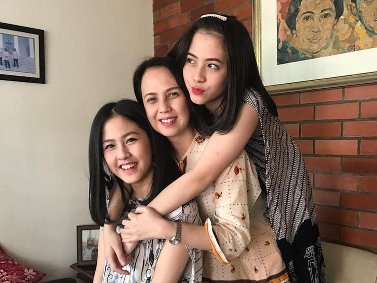 Kebersamaan Zara dan Kyla bersama sang ibunda. Cantik-cantik semuakan Insertizen?