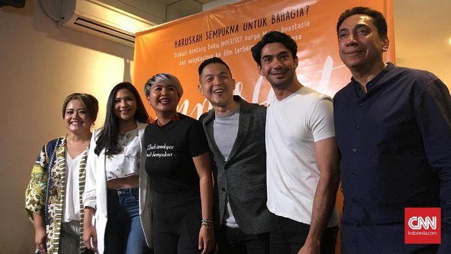 Ernest Prakasa membuat film kelima, 'Imperfect: Karir, Cinta, dan Timbangan,' yang diadaptasi dari novel istrinya sendiri, Meira Anastasia.