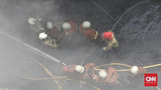 Petugas Damkar memadamkan kebakaran Gudang kembang api di Pasar Pagi, Jalan Asemka, Roa Malaka, Tambora, Jakarta Barat, terbakar pagi ini, 21 Juni 2019. Petugas Command Center menjelaskan informasi kebakaran diterima pukul 10.55 WIB. Menurut Kasi Ops Penanggulan Kebakaran dan Penyelamatan Jakarta Barat, Rompis Romlih, proses pemadaman masih berlangsung. Dari 16 unit, kini bertambah menjadi 27 unit damkar ke lokasi kebakaran ruko dan gudang petasan di Pasar Pagi.