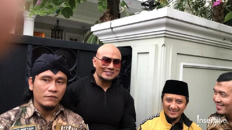 Deddy Corbuzier berfoto bersama Gus Miftah dan Ustaz Yusuf Mansyur. Mereka sedang berkunjung ke rumah Ma'ruf Amin di kawasan Menteng, Jakarta Pusat.