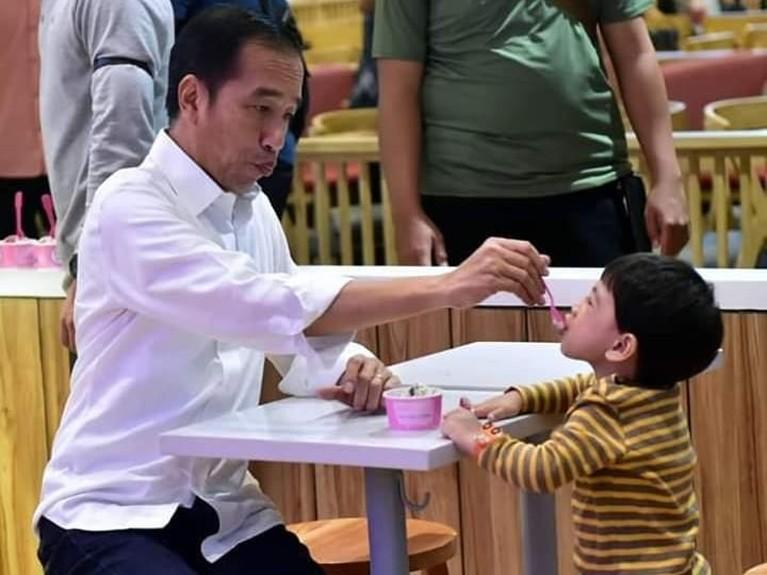 Perhatian Jokowi saat menyuapi Ethes sesendok eskrim. Duh siapa nggak gemes sih lihat kebersamaan pasangan kakek dan cucu ini?