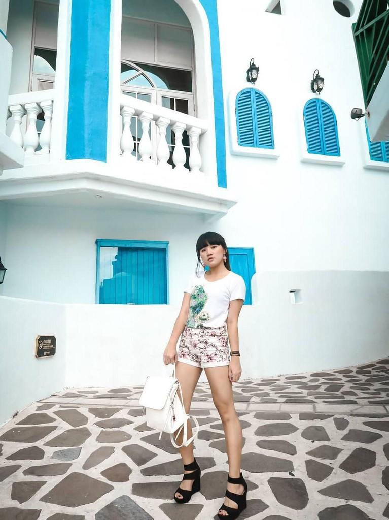 Gaya Cigul saat menikmati E-DA World yang berada di Taiwan. Penyanyi 22 tahun itu tampil santai dengan kaus putih yang dipadukan dengan wedges hitam.