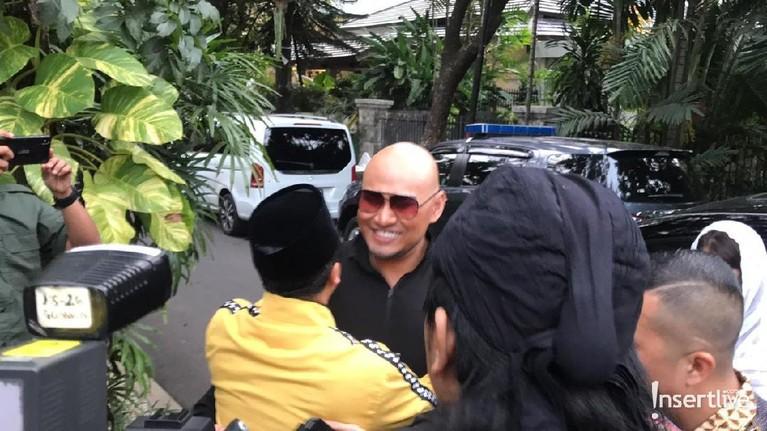 Deddy Corbuzier dengan ustaz Yusuf Mansyur bertemu di kediaman Kyai Ma'ruf Amin di Rumah Situbondo, Menteng, Jakarta Pusat. Ustaz Yusuf Mansyur langsung menyambut Deddy. Mereka berpelukan. Deddy pun tampak tersenyum.