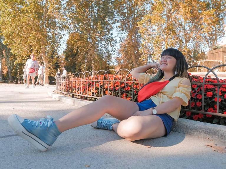Duh kayaknya Cigul Asyik banget nih menikmati indahnya Parque Europa Torrejon De Ardoz, Spanyol. Cigul juga tampil dengan warna pakaian yang cerah seperti cuaca di hari itu.