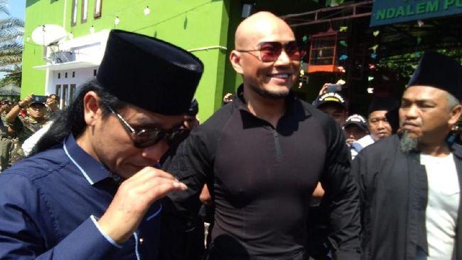 Deddy Corbuzier baru selesai mengucap dua kalimat syahadat untuk masuk Islam di Ponpes Ora Aji milik Gus Miftah, Sleman, Yogyakarta, Jumat (21/6).