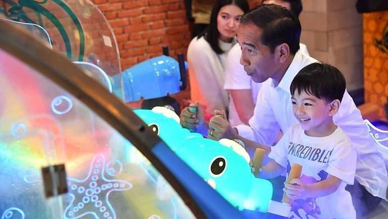 Keseruan Jokowi dan Ethes saat bermain games bersama. Kebersamaan ini dilewatkan Jokowi setelah berminggu-minggu tak bertemu sang cucu.