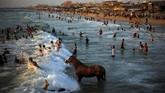 Dalam foto pilihan CNNIndonesia.com pekan ini, ada cerita sengat matahari di Jalur Gaza dan Pakistan, serta pasangan yang berpose di Danau Michigan.