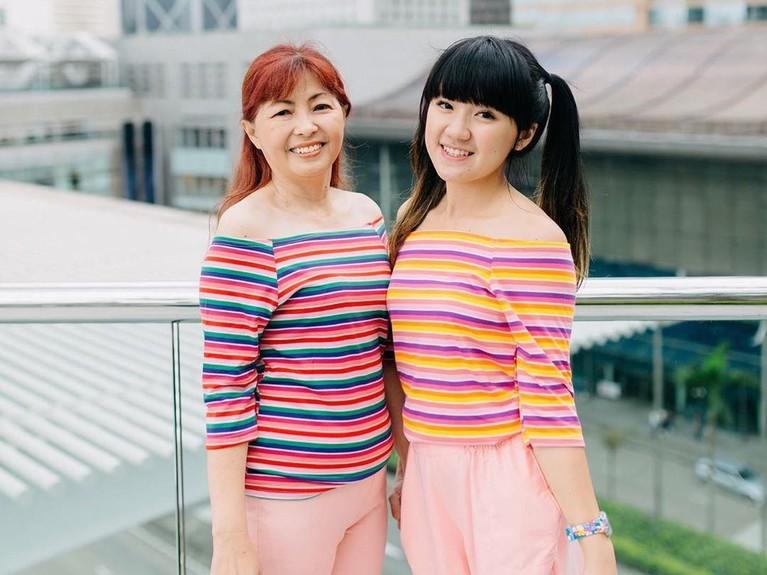 Potret Cigul yang memakai baju kembaran dengan sang ibunda, Nenny Christina, di IFC Mall Hongkong. Gimana nih Insertizen, sama-sama cantikkan?