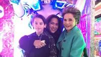 Frederik Kiran atau akrab disapa Kiran kini tumbuh menjadi anak tampan yang sangat dekat dengan ibu dan neneknya. (Foto: Facebook: Karina Soekarno)