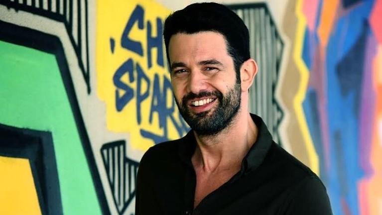 Penyanyi asal Turki bernama Keremcem Duruk berkolaborasi dengan Ayu Ting Ting di lagu berjudul Apalah Cinta.