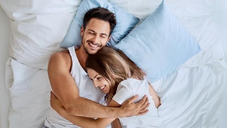 Bagi pasangan suami istri, ada satu hal yang bisa membantu mereka awet muda: hubungan seks yang sehat.