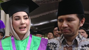 Jadi Istri & Ibu Tak Halangi Arumi Bachsin Raih Gelar S1