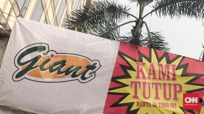 Supermarket Giant menutup dua gerainya di Depok dan Tasikmalaya, Jawa Barat. Manajemen menyatakan penutupan dilakukan sebagai bagian trasformasi.