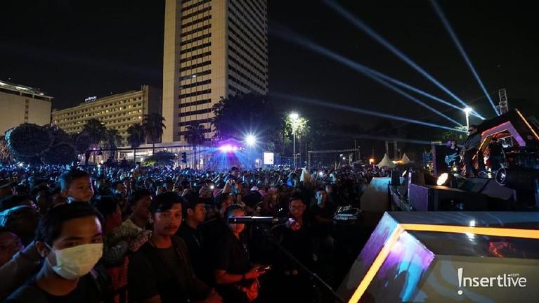 Ribuan masyarakat kota Jakarta ikut memeriahkan acara perayaan HUT DKI Jakarta yang digelar di Bundaran HI.