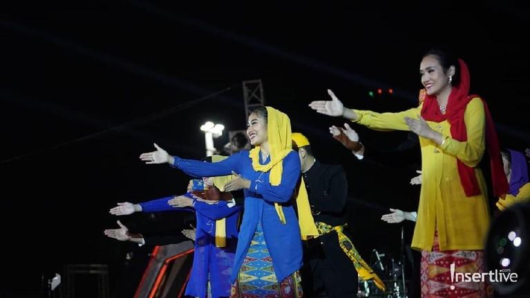 Para pengisi acara juga menampilkan tarian tradisional dari kebudayaan masyarakat Betawi.