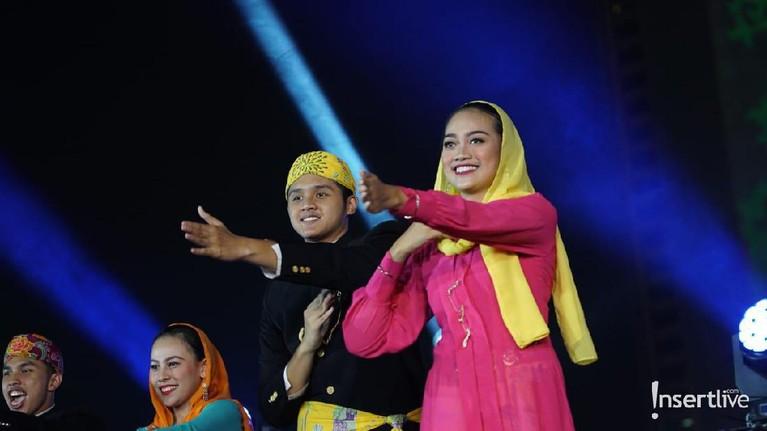 Para pengisi acara terlihat mengenakan pakaian adat Betawi sebagai representasi masyarakat asli kota Jakarta.