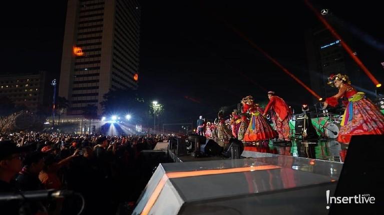 Masyarakat memadati panggung acara untuk menyaksikan berbagai pertunjukan HUT DKI Jakarta ke-492.