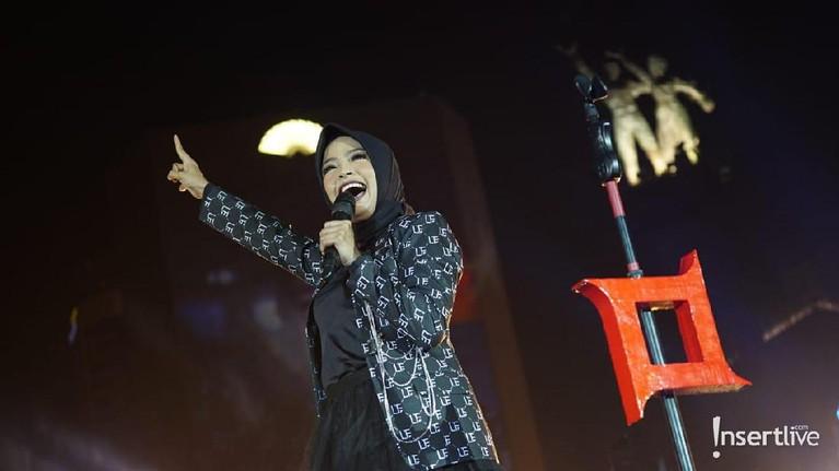 Tantri juga ikut tampil bersama grup band Kotak dalam HUT DKI Jakarta ke-492.