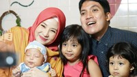 <p>Dari pernikahannya, pasangan ini dikaruniai tiga anak, Megumi Arrawda Sachi, Mishka Arrawfa Najma, dan Miguel Arrawsya Janied. (Foto: Instagram @natasharizkynew)</p>