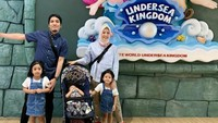 <p>Kerap sibuk dengan aktivitas sebagai public figure, pasangan ini tetap menyempatkan quality time bersama anak-anak. (Foto: Instagram @natasharizkynew)</p>