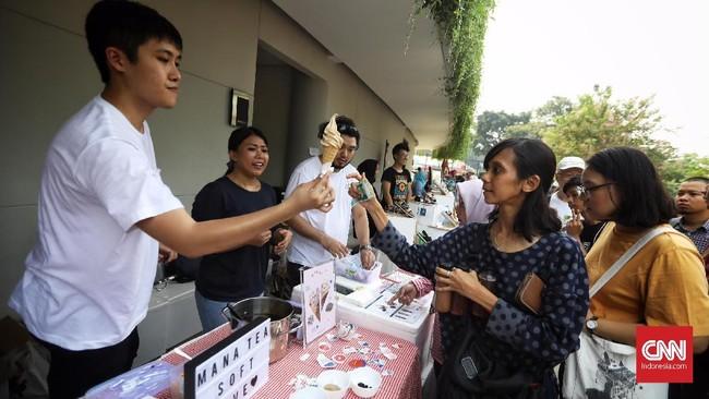 Pemprov DKI Jakarta berkolaborasi dengan sejumlah komunitas kreatif menggelar bazar berkonsep piknik di Lapangan Banteng, Jakarta Pusat.