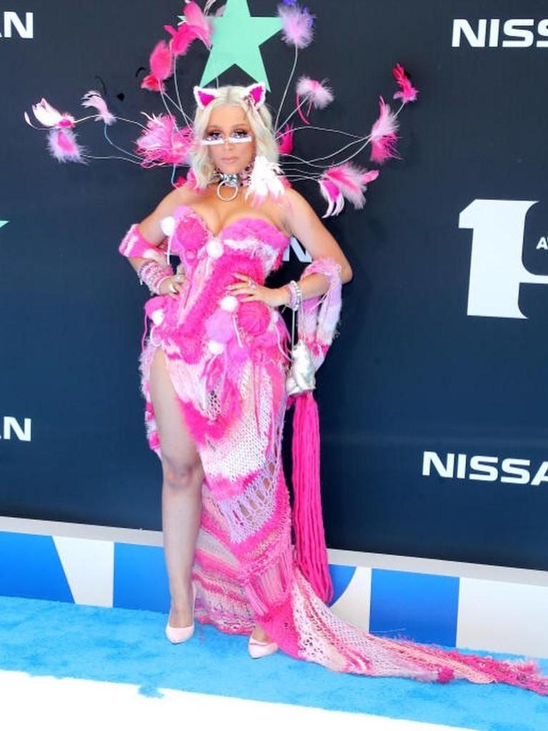 Doja Cat. Penampilan rapper 23 tahun ini menarik perhatian dengan gaun merah muda dengan aksen bulu dengan warna yang senada.