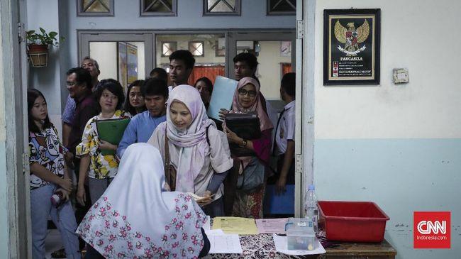 Orangtua siswa antre Pendaftaran Penerimaan Peserta Didik Baru (PPDB) di SMAN 8 Jakarta, Senin, 24 Juni 2019. Sesuai jadwal pendaftaran PPDB DKI Jakarta jalur zonasi SMP-SMA mulai dibuka 24 Juni hingga 26 Juni 2019. CNNIndonesia/Safir Makki