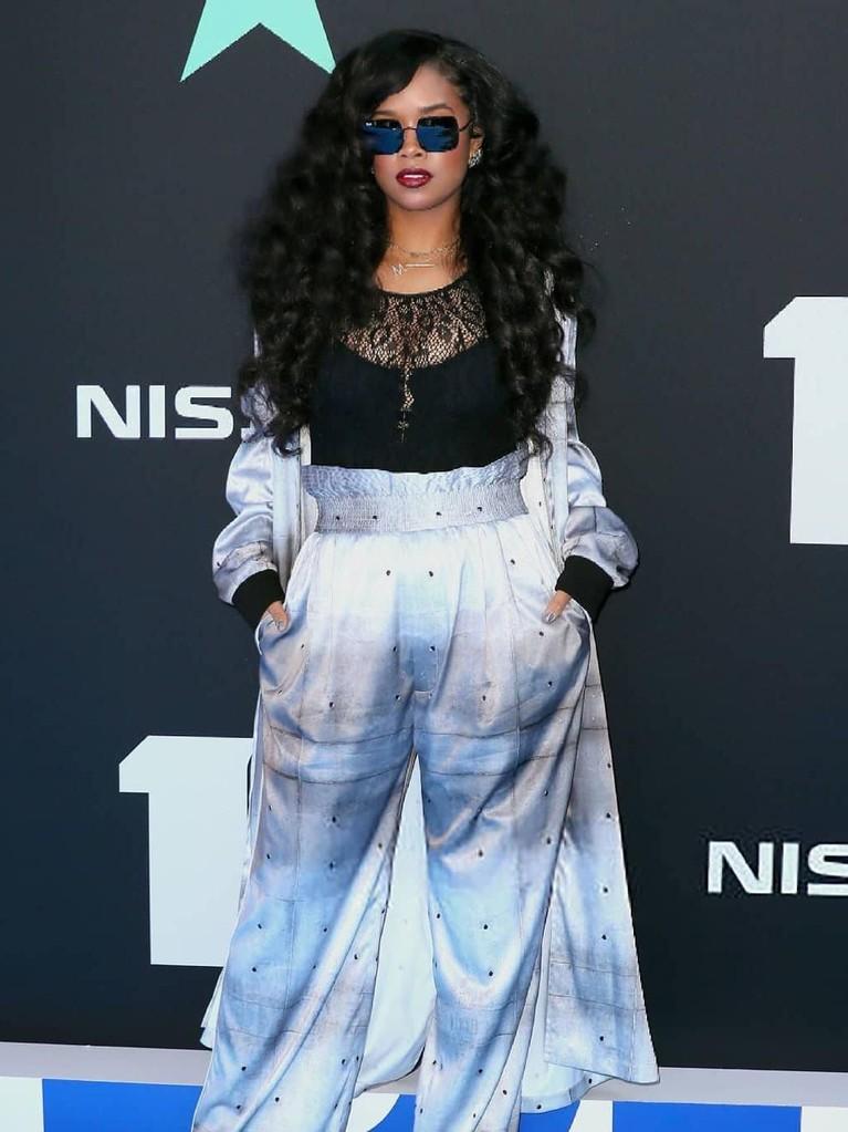 H.E.R.. Penyanyi sekaligus penulis lagu ini membuktikan gaya kecenya lewat setelan pakaiannya.